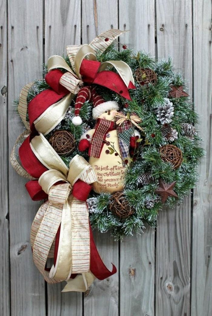 moderne-weihnachtsdeko-gruene-zweigen-sterne-zapfen-rote-und-goldene-schleifen