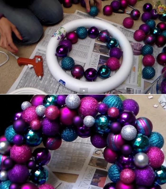 moderne-weihnachtsdeko-lila-blaue-und-silberne-weihnachtskugeln