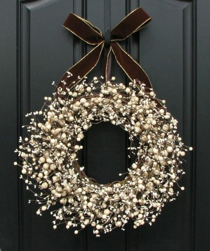 moderne-weihnachtsdeko-schwarze-tuer-weihnachtskranz-aus-aesten-braune-schleife