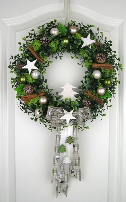 moderne-weihnachtsdeko-weisse-tuer-weihnachtskugeln-zimt-schleife-weisse-sterne