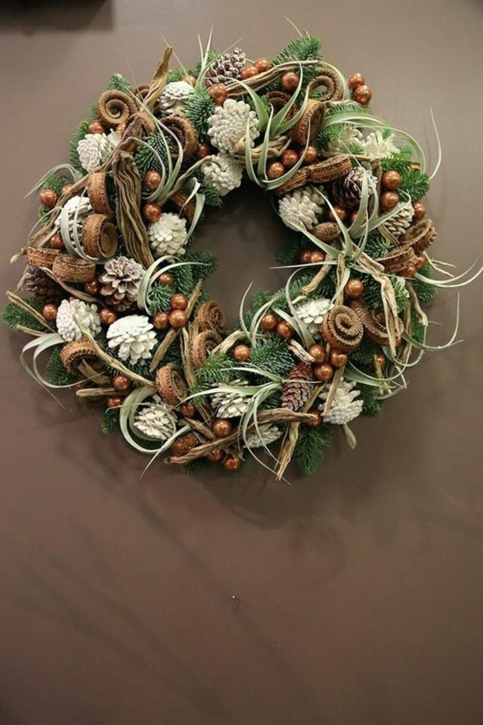 moderne-weihnachtsdeko-weisse-zapfen-gruenen-zweigen
