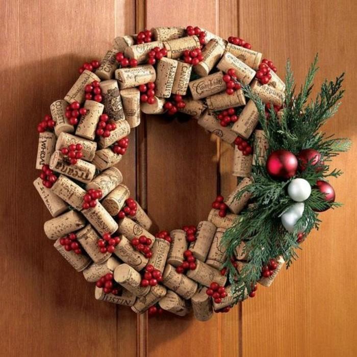 moderne-weihnachtsdeko-weinkorken-gruene-zweige-rote-weihnachtskugeln