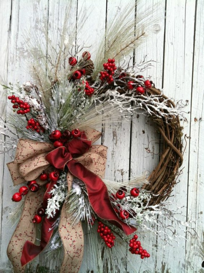 moderne-weihnachtsdeko-zweigen-rote-und-hellbraune-schleifen
