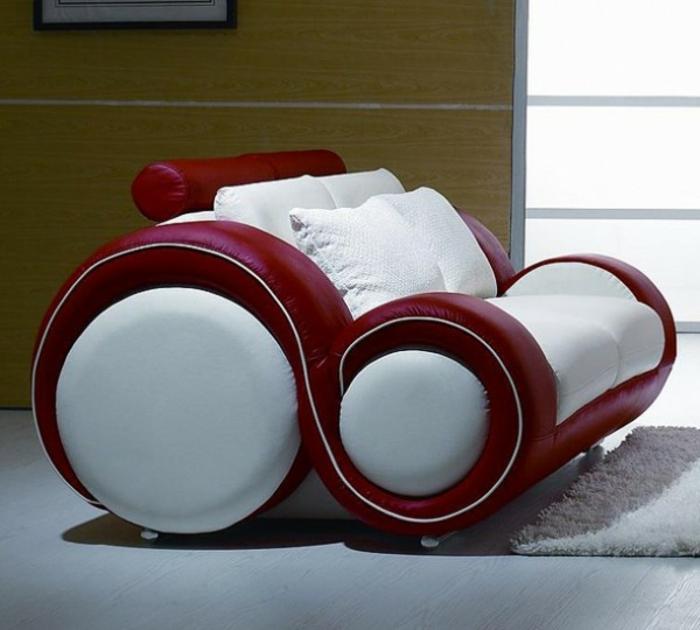 moderner-lederstuhl-in-rot-und-weiss-plueschteppich-holzboden-holzwand-guenstige-designermoebel