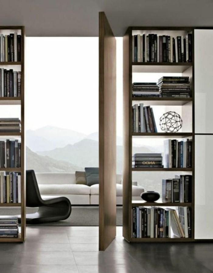 optische-trennung-bucherregal-raumteiler-trennwand-regal-regal-raumtrenner-leseecke-weiße-couch-holztür-dunkle-bodenfliesen