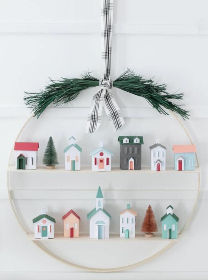 originelle ideen für weihnachtskranz mit kleinen häusern deko tannenbaum grüne tannenzweige weihnachten dekoration inspiration