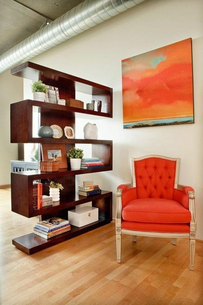 paravent-bucherregale-raumteiler-trennwand-regal-raumteiler-regale-regale-als-raumteiler-holzboden-oranger-sofa-abstraktes-bild