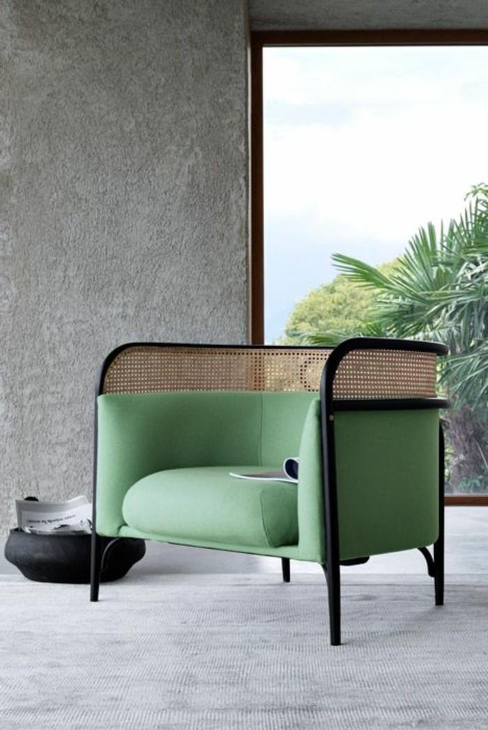 polstermoebel-guenstig-minimalistischer-sessel-gruen-flechtstuhl-weisser-teppich-steinwand