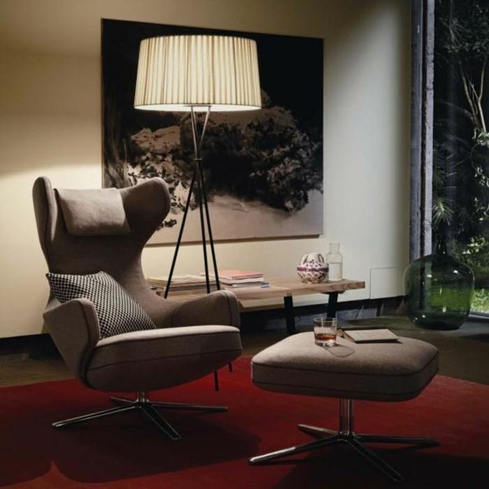 polstersessel-beige-hocker-roter-teppich-stehlampe-dekorative-vase-holztisch-leinwand