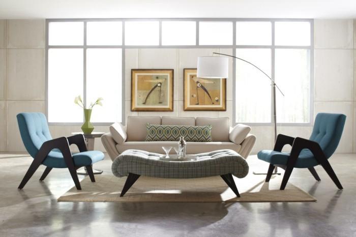 polstersessel-blau-stehlampe-bilder-an-der-wand-wohnzimmer-teppich-weisse-couch