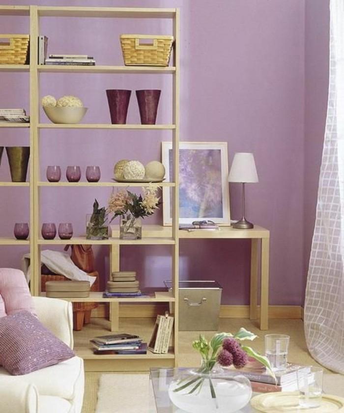 regal-raumtrenner-trennwand-regal-bucherregal-raumteiler-raumteiler-regale-wohnzimmer-lila-einrichten-holzboden-glastisch-blumenvase