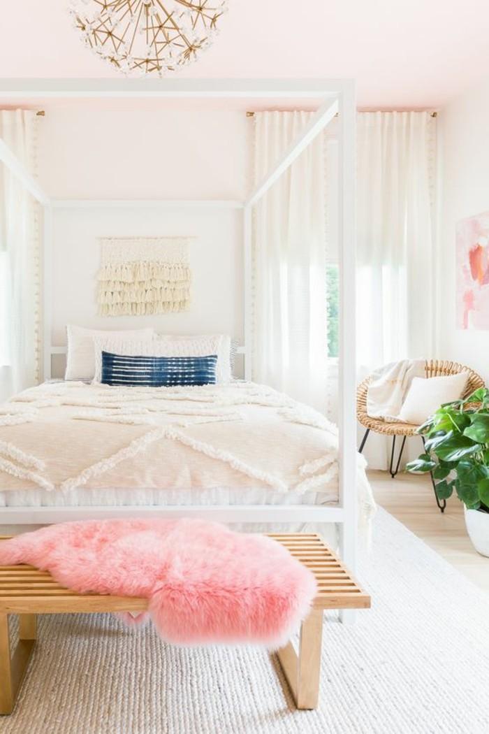 schlafzimmer-dekorieren-rosa-und-weiss-kronleuchter-bett-weisse-gardinen