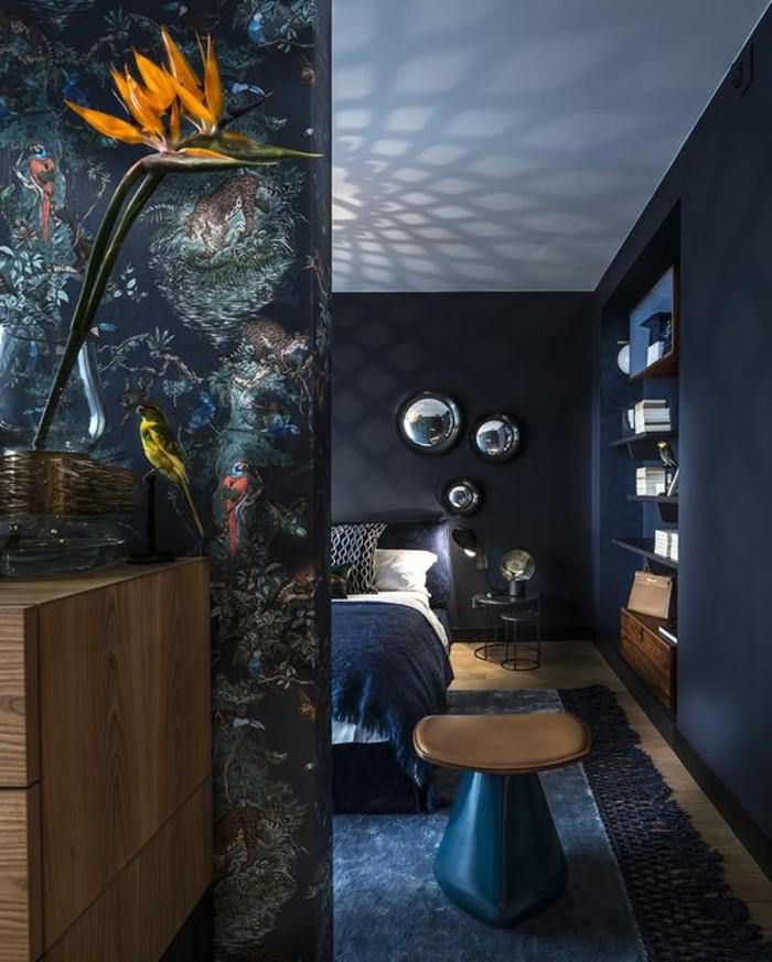 schlafzimmer-dekorieren-schwarz-blumen-bett-spiegel