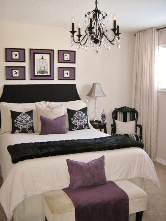 schlafzimmer-dekorieren-schwarzer-kronleuchter-aus-kristall-lila-bilder-lila-kossen