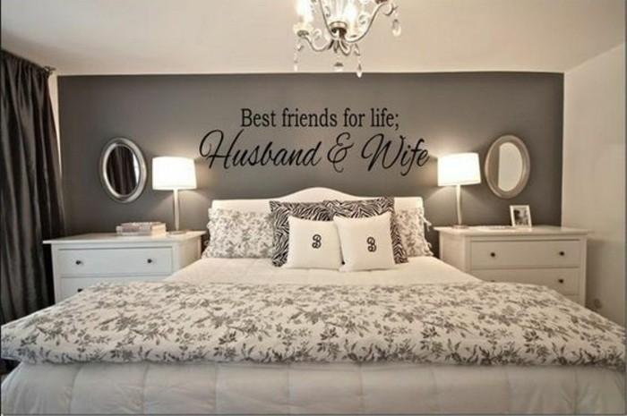 schlafzimmer-ideen-graue-wand-kronleuchter-wandspuch-weisses-bett