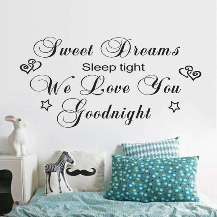schlafzimmer-ideen-wandsticker-bett-kaninchen-zebra-kissen