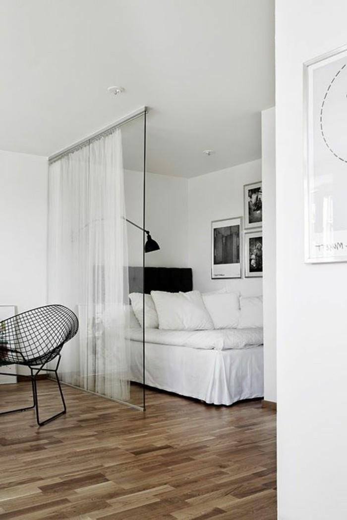 schlafzimmer-inspirationen-klenes-zimmer-in-weiss-mit-raumteiler-aus-glas