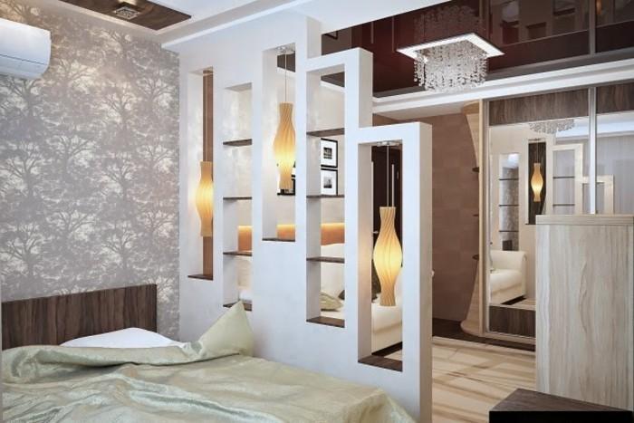 schlafzimmer-trennen-regale-als-raumteiler-elegante-trennlosung-kleine-wohnung-kronleuchter-aus-kristall-holzmöbel-wandtattoos