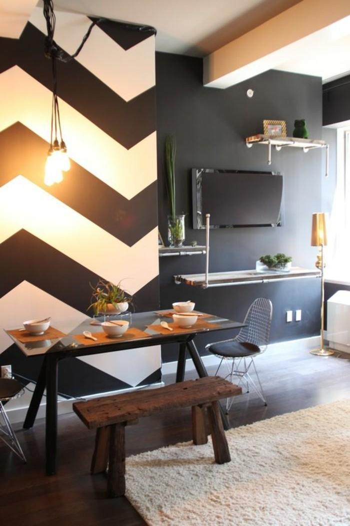 schwarz-weisse-streifen-streichen-esszimmer-wan-gestalten-fernseher-schwarze-wand-stehlampe-metallstuhl-schwarzer-tisch-tischdeko-weisser-boden
