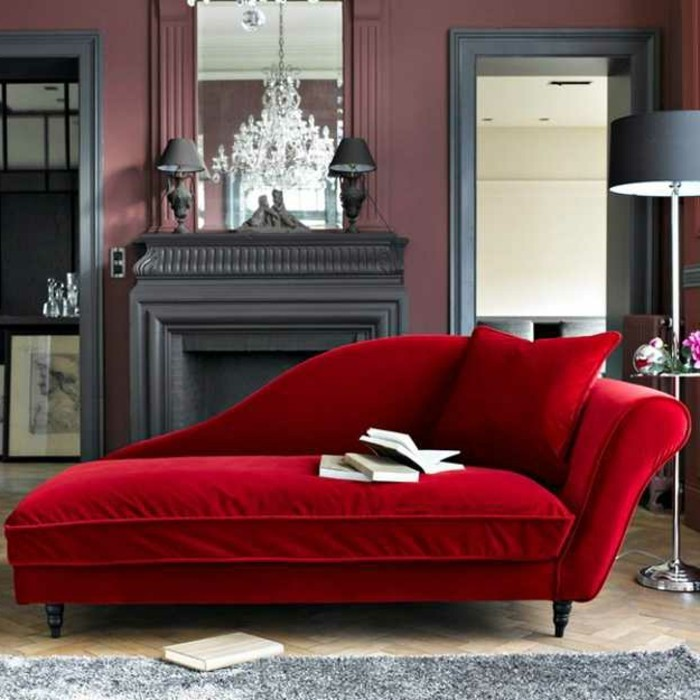 sessel-rot-plueschteppich-parkett-holzboden-stehlampe-graue-einrichtung-feuerstelle-spiegel