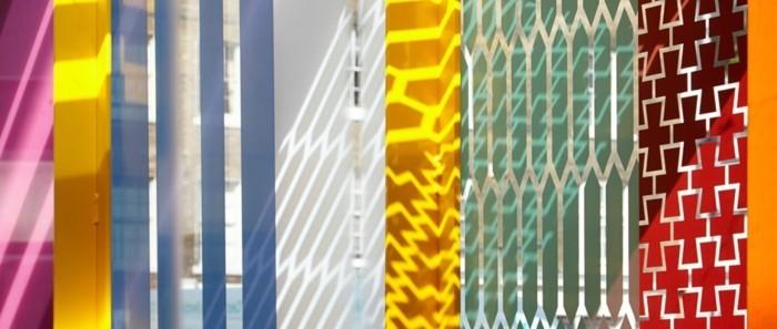 sichtschutz-aus-glas-glas-sichtschutz-verschiedene-farben-glaswand-trennwand-garten