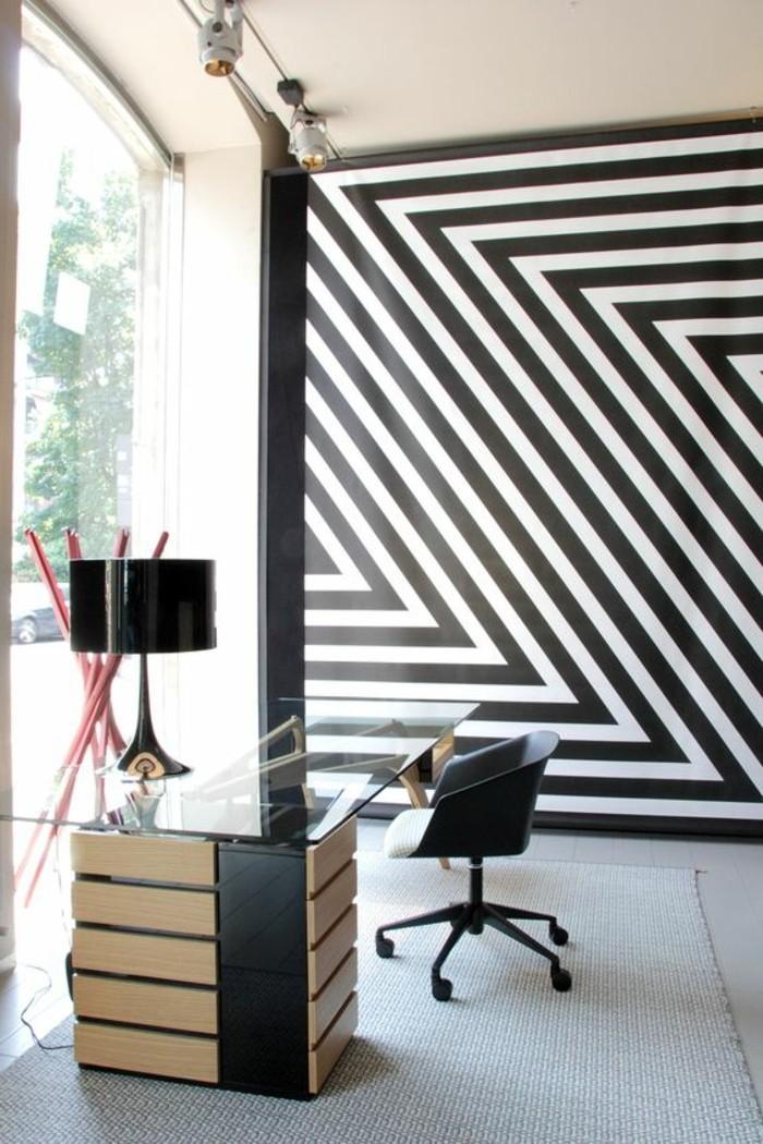 streifen-streichen-arbeitsecke-gestalten-schwarzer-drehstuhl-teppich-weisser-boden-arbeitstisch-glas-fenster-bis-zum-boden