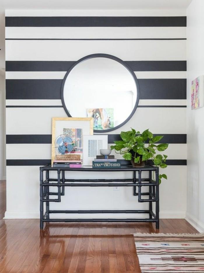 streifen-streichen-toilettentisch-schwarz-runder-spiegel-buecher-miniventilator-pflanze-holzboden-teppich-frisiertoilette
