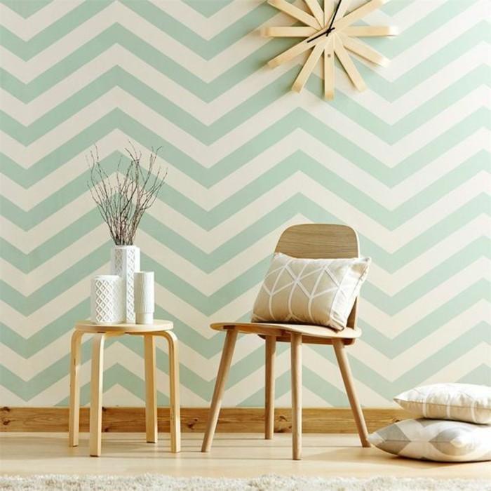 streifen-streichen-weiss-gruene-farbgestaltung-wand-holzstuhl-gestreifte-kissen-runder-holztisch-vasen-holzboden-wanduhr
