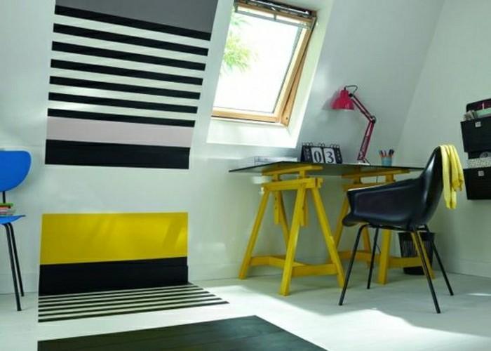 streifen-streichen-zimmer-gestalten-kleines-fenster-schraegdach-schreibtisch-gelb-blauer-stuhl-boden-schwarz-weiss-schwarzerstuhl-leselampe