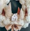 super kreative ideen für weihnachtskranz selber basteln weißer krant mit deko tannenbäumen und kleines haus goldene schleife