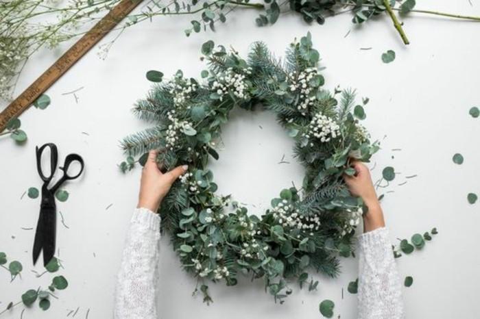 tuerkraenze-weihnachten-aus-gruenen-zweigen-und-weissen-blumen