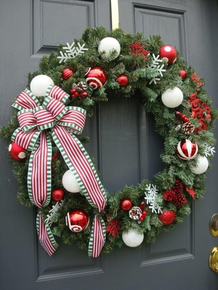 tuerkraenze-weihnachten-aus-zweigen-weihnachtskugeln-und-zapfen