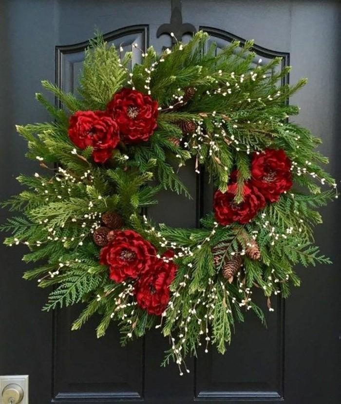 tuerkraenze-weihnachten-gruene-zweige-rote-blumen-schwarze-tuer