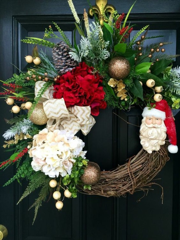 tuerkraenze-weihnachten-zweigen-weisse-blumen-goldene-weihnachtskugeln-weisse-schleife