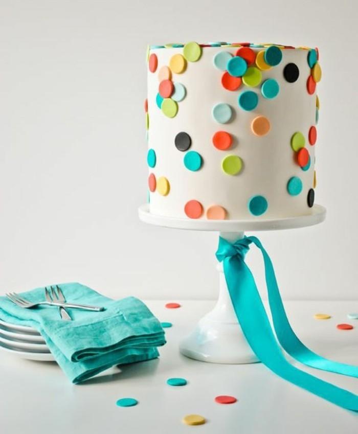 torte-zum-18-geburtstag-geburtstagstorten-tischdeko-und-geburtstagstorte-kombinieren-gepunktete-torte