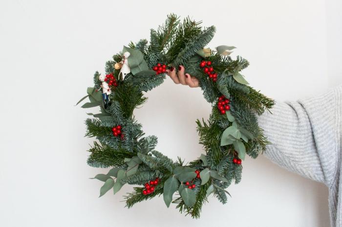 traditionellen weihnachtskranz basteln grüne tannzweige schneemann figuren dekoration weihnachten