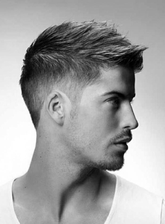 männer-frisuren-fade-kurze-haare-glatte-haare-gespitzt-kleiner-bart-kleiner-schnurrbart