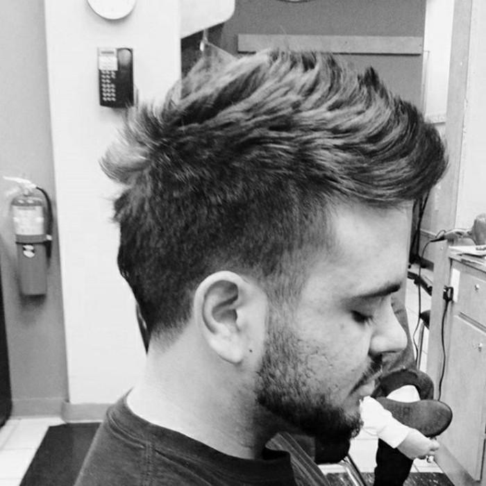 trendfrisuren-fuer-maenner-lockere-chaotische-maennerfrisur-haircut-taper-fade-faux-hawk