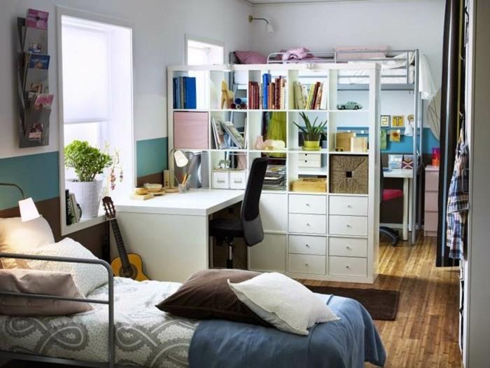 trennwand-regal-kinderzimmer-bucherregal-raumteiler-raumteiler-regale-schlafzimmer-einzelbett-holzboden-schreibtisch-gitarre