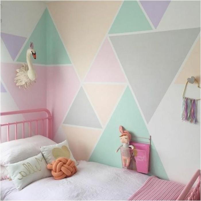wandgestaltung-mit-farbe-kinderzimmer-helle-pastellfarben-rosa-bett-kleine-kissen-spielzeuge-plueschtiere