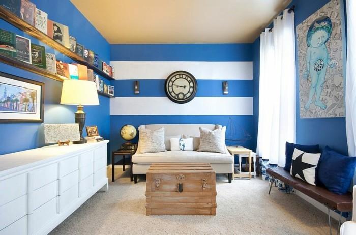 wandgestaltung-mit-farbe-wohnzimmer-weisser-schrank-holzbank-sofa-weiss-buecherregale-blau-weisse-wand