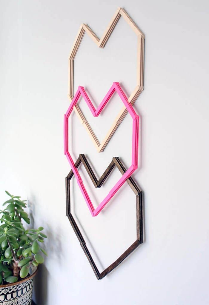 wandgestaltung wohnzimmer, selbstgemachte deko aus holzstäbchen, drei herzen