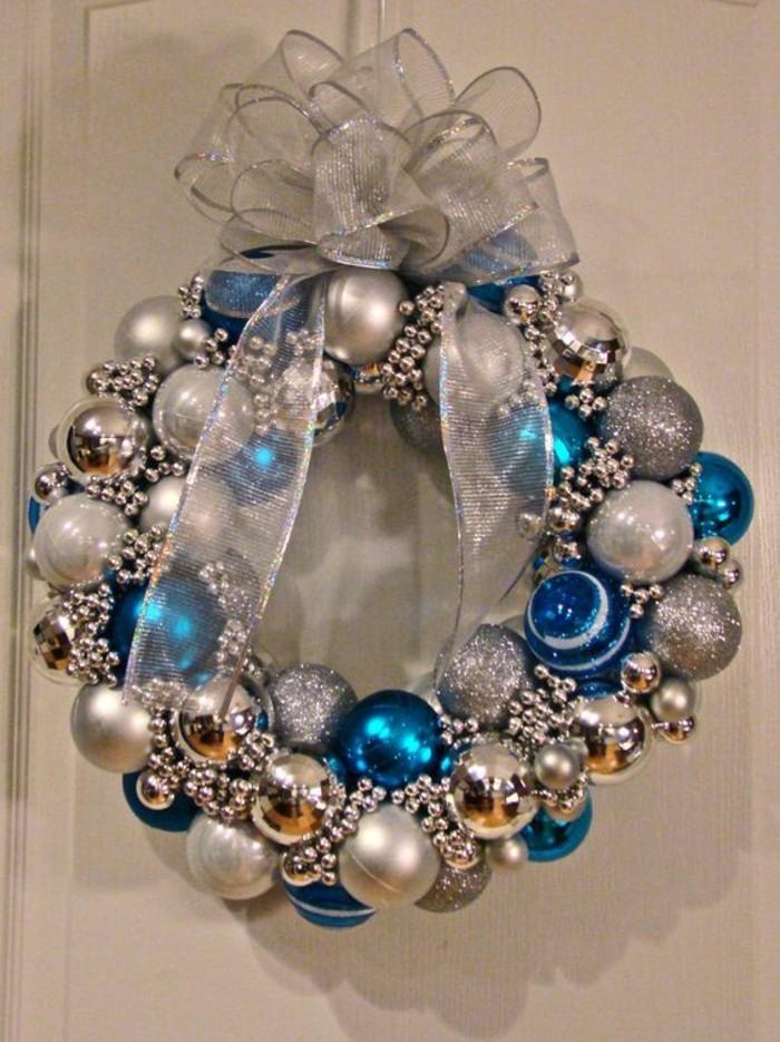weihnachtskranz-basteln-aus-blauen-und-silbernen-weihnachtskugeln