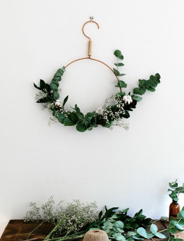 weihnachtskranz-basteln-aus-kleiderhaken-und-gruenen-zweigen