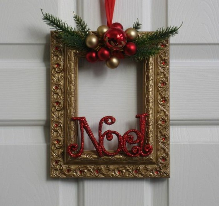 weihnachtskranz-basteln-goldener-bilderrahmen-goldene-und-rote-weihnachtskugeln-zweigen