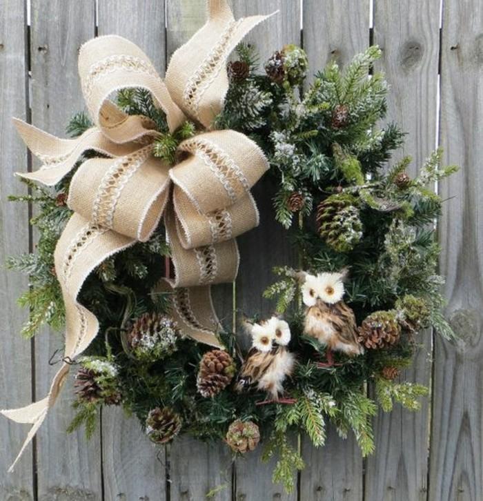 weihnachtskranz-basteln-gruenen-zweige-schleife-aus-leinen-zapfen-uhu