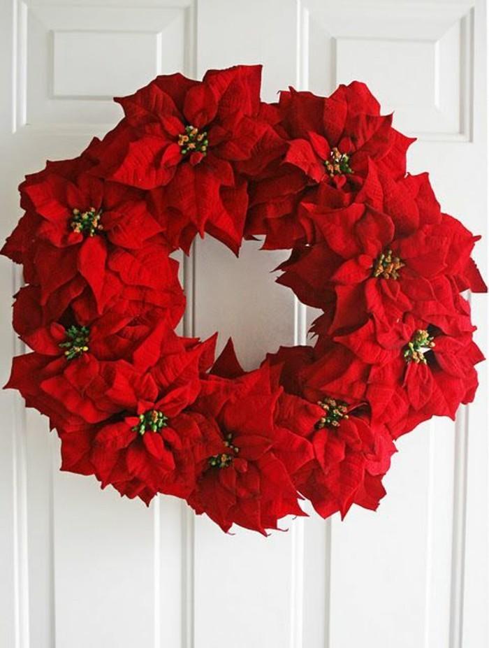 weihnachtskranz-basteln-weisser-tuer-rote-blumen-aus-papier