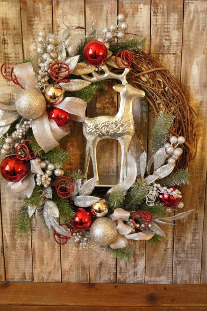 weihnachtskranz-ideen-aeste-weihnachtskugeln-silberne-blaetter-hirsch