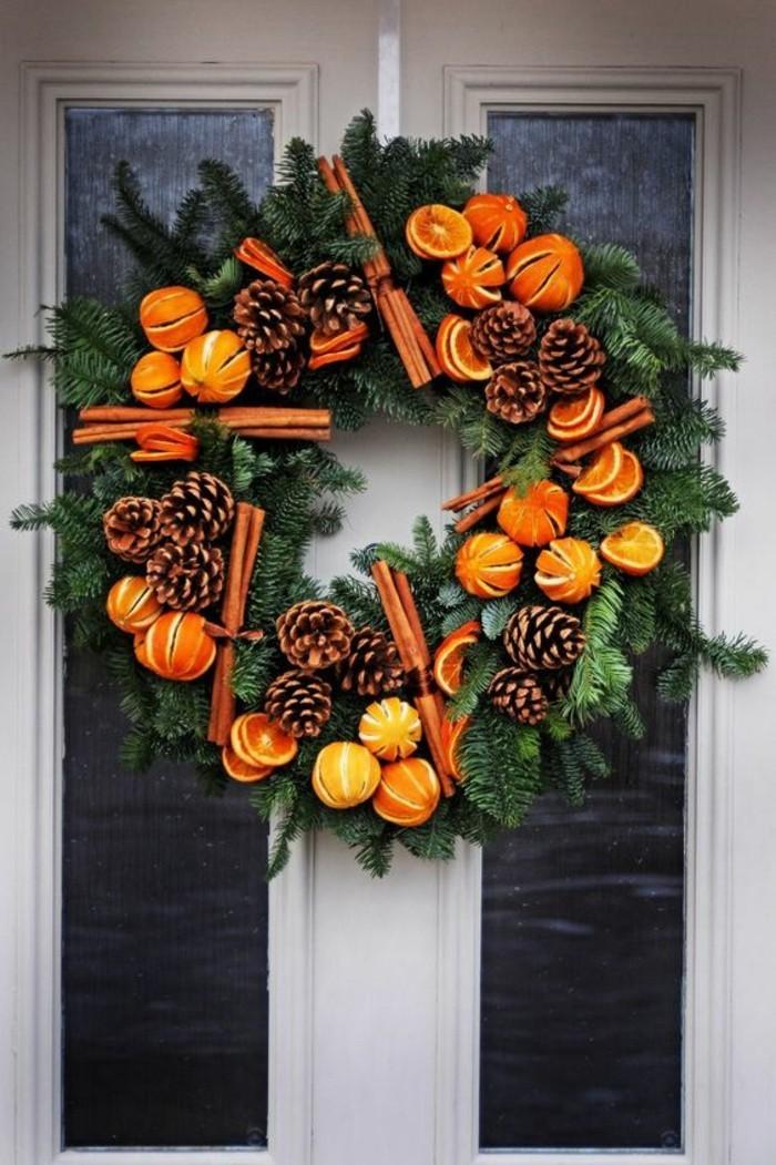 weihnachtskranz-modern-gruene-zweige-zimt-zapfen-mandarinen