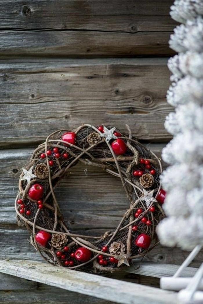 weihnachtskranz-selber-basteln-aeste-rote-aepfel-sterne-zapfen